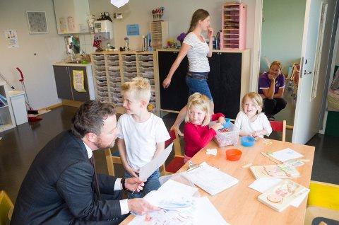 Torbjørn Røe Isaksen (H) fikk veldig god kontakt med barna Liam (4), Sofie (5) og Johanna (5) da kunnskapsministeren besøkte Almemoen FUS barnehage. Statsråden fikk mange fine tegninger og gode råd om hva man bør se på barne TV.