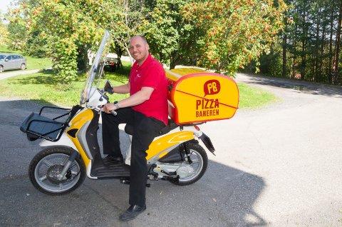 Amund S. Johansen har gått til anskaffelse av denne mopeden. Kunder i Vik-området kan få levert pizza med mopeden når Pizzabakeren snart åpner.