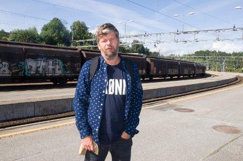 Ståle Sørensen, toppkandidaten til Miljøpartiet De Grønne (MDG), sier nei til ny firefeltsvei til Hønefoss, og vil splitte vei- og baneprosjektet. Han mener det ikke vil få dramatiske konsekvenser.