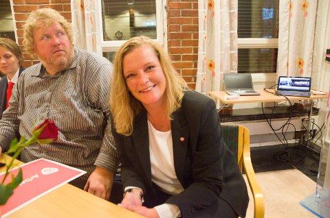 Anne Sandum (Ap) smiler tappert, men er langt fra fornøyd med prognosene så langt. Bjørn Tore Ødegården følger spent med.