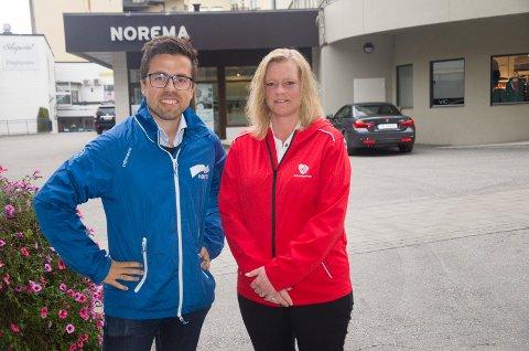 Christopher Wand (H) og Anne Sandum (Ap) reklamerer for hvert sitt parti i valgkampen med jakker i riktige farger. Selv om de smiler her er de rykende uenige når det kommer til skatt.