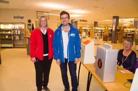 Anne Sandum (Ap) og Christopher Wand (H) oppfordrer alle med stemmerett til å stemme. Valgfunksjonær Toril Eriksen, er gjerne med på den oppfordringen.