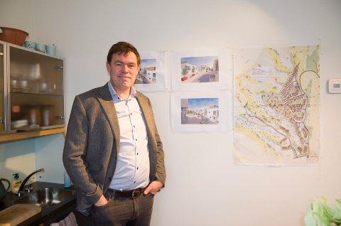 Frederik Skarstein foran kart og illustrasjoner av hvordan Tanberghøgda er planlagt å bli. Frederik Skarstein kritiserer Ringerike kommune for å være trege med å behandle plansaker.