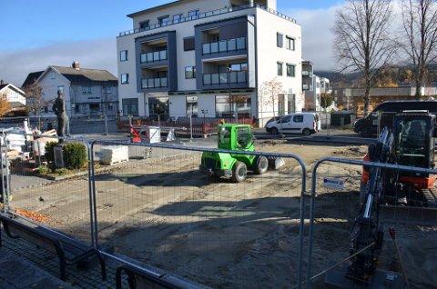 LEKEPLASS: Arbeidet har startet på torget på Nesbakken. Slik ser det ut tirsdag ettermiddag.