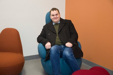 GODSTOLEN: Jim Hagen Warp fant seg godt til rette i godstolen på Benterud skole. Han tror elevene vil få det fint på nyskolen.