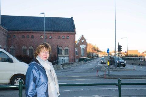 KRYSS: Byplansjef Inger Kammerud mener en av fordelene ved å vri landkaret på brua er at man vil få mindre trafikk i dette lyskrysset. – Vi forutsetter at byplanen, når den kommer, også vil inneholde elementer som gavner trafikantene i byen vår, skriver Vegard Persvold i Frp.