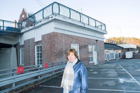 TIPPEN: Byplansjef Inger Kammerud mener politikerne bør se nærmere på ideen om å vri Hønefoss bru slik at bilene kjører ned på Tippen. Da må trolig det lille bygget i bakgrunnen som tilhører kraftstasjonen rives.