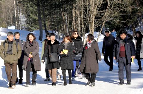 Fornøyde sør-koreanere etter besøk på Hov ungdomsskole.