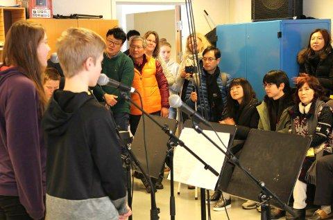 Kreative elever viste sine talenter til sør-koreanerne, til stor applaus.