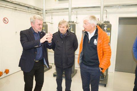 Peter Paskert fra Hydro Elektrik foklarer ordfører Kjell B. Hansen og rådmann Tore Isaksen hvordan vannrensingen foregår.