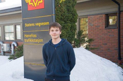 Sondre Gustavsen (15) er frustrert over at han må vente i godt over to måneder på å få kjøre opp.