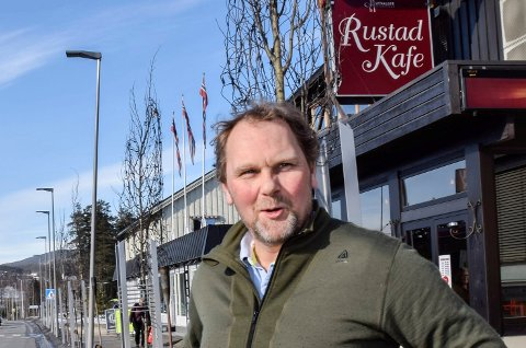 Håvard Rustad har fått en oppvåkning etter å ha veid matsvinnet på Rustad kafe.