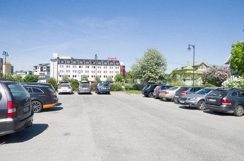 PARKERING: Jens E. Fjeld mener flere parkeringsplasser i sentrum bør ha gratis parkering.