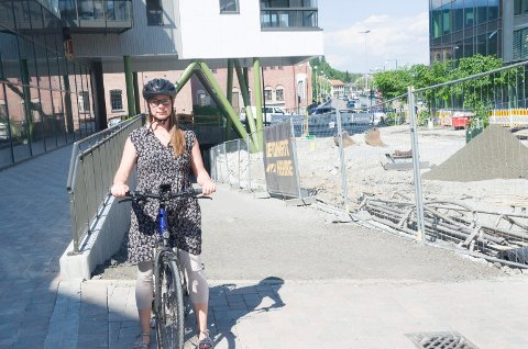 VANSKELIG: Sykkelbykoordinator Linda Engstrøm mener det fortsatt er utfordringer med å sykle gjennom Hønefoss sentrum.