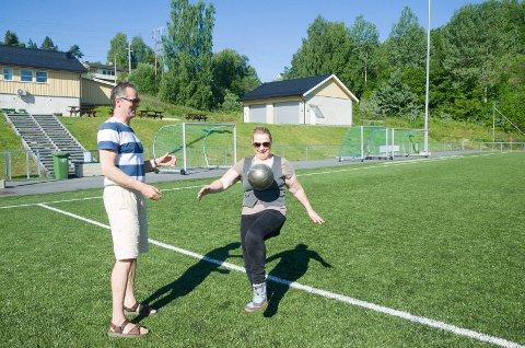 FILTRE: Hilde Marie Steinhovden (MDG) viser fram sine trikseferdigheter. Hun og Knut Arild Melbøe (MDG) tar opp problemer med forurensing fra kunstgressbaner. De ber om at det kommer filtre som kan stoppe gummigranulat fra å komme ut i naturen.
