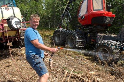 EKSTRATILTAK: På grunn av tørken tar skogsentrepenør Ole Arne Bjørlien og kollegene med seg 600 liter vann ekstra når de jobber i skogen.