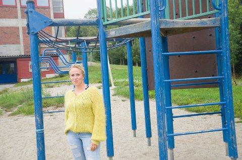 KAN IKKE BRUKES: Martine Greftegreff er sterkt kritisk til at kommunen ikke har satt klatrestativet og andre lekeapparater ved Toso skole i stand til skolestarten mandag.