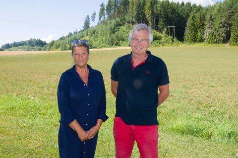 GRUNNEIERE: Ragnhild Borlaug Alme og Hans Erik Gamkinn ønsker seg et annet samarbeid med Follum Eiendom og at deres område ved Børdalsmoen sees i en helhet med det området Follum Eiendom eier like ved.