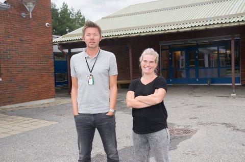 FORNØYDE: Rektor Eskil Rotherud er glad for at de kunne ansette Tina Odderbø Idland som ny lærer på Veienmarka ungdomsskole. Skolen oppfyller kravene i lærernormen.