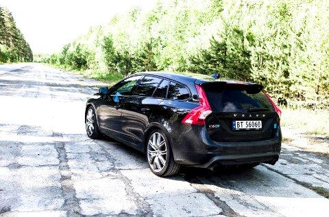 UNDERCOVER: Felgene, bremsene og det lille blå merket er det som forteller andre at dette ikke er en vanlig Volvo V60.