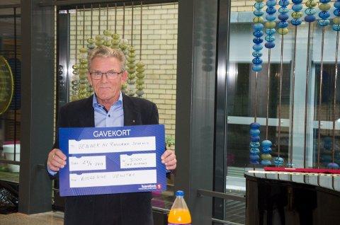 MOTTOK: Styreleder Ola Eiklid Hølen med det synlige beviset på at Venner av Ringerike sykehus vant årets Miljøpris fra Ringerike Venstre.