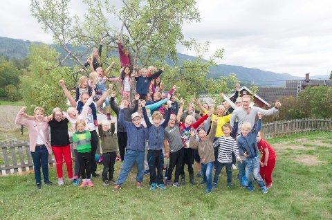 GOD STEMNING: Elever og ansatte ved Steinsfjorden Montessoriskole jubler fordi skolen nå får lov til å starte opp ungdomsskole også.