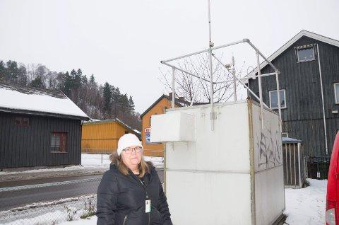 MÅLT I ETT ÅR: Unni Suther i Ringerike kommune har fulgt med på målingene fra målestasjonen som var plassert like ved Hønengata, ved Hønefoss skole. Resultatene viser at forurensningen er høy i visse perioder.