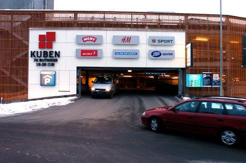SMALE PLASSER: Eva Karlsen mener parkeringsplassene på Kuben er for smale.