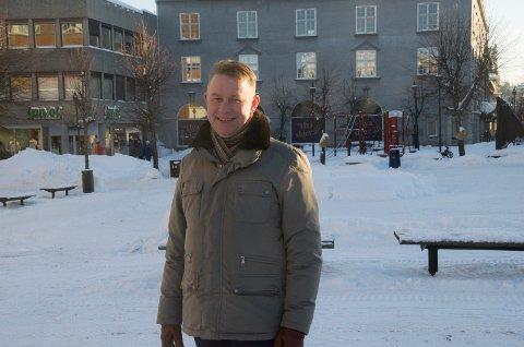 HØNEFOSSENTUSIAST: Børre Kongsmo, tidligere leder for Sentrumsforeningen, støtter fullt opp om ideen om et julemarked på Søndre torg. Nå ber han ildsjeler om å gå sammen om å få det til.