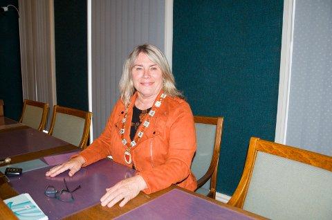 PÅ PLASS: Kirsten Orebråten (Ap) har fått på seg ordførerkjedet og er nå Ringerikes nye ordfører.