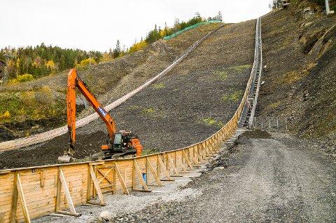 STENGT: Vikersund hoppsenter velger å stenge trappene i skiflygingsbakken mens gravearbeidet skal pågå til ut i november.