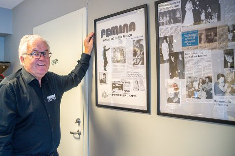 MINNEVEGG: Hans A. Ødegaard tar en titt på utklippene på minneveggen hos Femina Dame- og herrefrisør i Vikersund. – Vi har vært med på litt gjennom 40 år, konkluderer han.