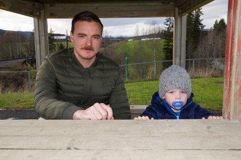 BARNEHAGE: Sønnen Kasper (3) liker godt å leke ute i toget i Heggen barnehage. Pappa Kim Modalen er bekymret for at sønnens barnehage kan bli lagt ned.