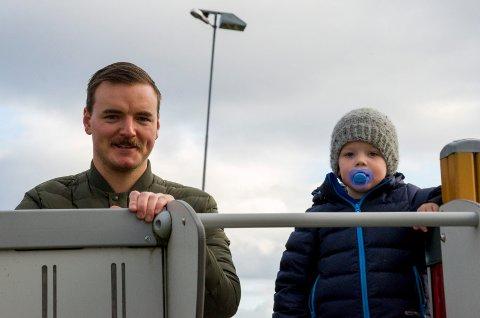TRIVES: Kasper (3) liker seg godt i Heggen barnehage, men den skal legges ned til høsten. Pappa Kim Modalen håper politikerne snur og lar barnehagen bestå.