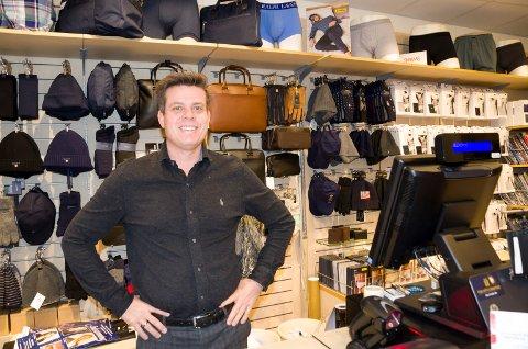 BUTIKKMANN: Thor Bård Gundersen har nærmest vokst opp i butikken Torvet herre- og ungdomsklær. Hans bestefar startet butikken, hans far har drevet den og nå er det han som står for driften.