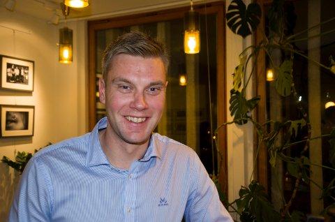 GIR IKKE OPP: Stian Bakken (Sp) mener det fortsatt er mulig å redde Hønefoss skole. Nå ber han og resten av opposisjonen Fylkesmannen om å vurdere lovligheten av vedtaket om å legge ned Hønefoss skole.