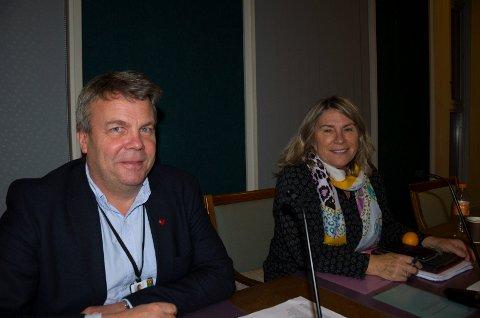 BEROLIGET: Varaordfører Dag Erik Henaug (H) og Kirsten Orebråten (Ap) er ikke bekymret for at Ullerål skole blir for full når Hønefoss-elevene overføres til nyskolen i Hønefoss nord.