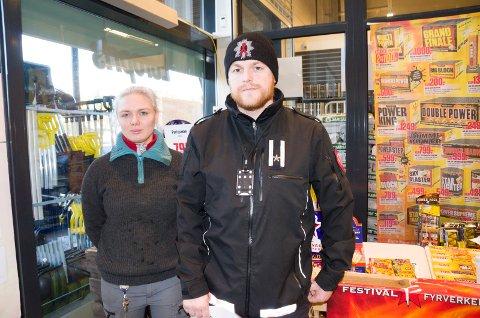 PÅ KONTROLL: Hos Christina Vangen hos Europris var alt i orden da Tollef Uppstad Buttingsrud fra brannvesenet var på kontroll.