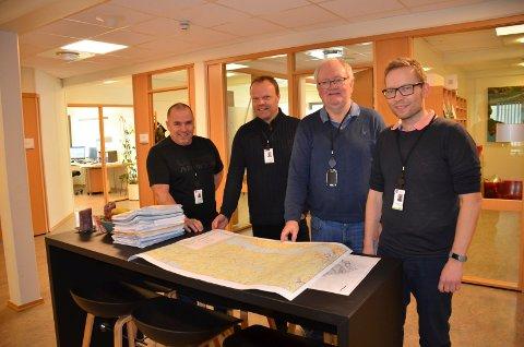 FORNØYDE: Terje Orebråten, byggesaksbehandler, Johnny Heen, leder for plan-og byggesak i Jevnaker kommune, Terje Lindgård, avdelingsingeniør, Mads Kvello Berger, bygegsaksbehandler og ingeniør.