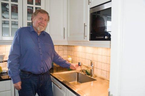 NEI: Stein Torgersbråten er fornøyd med vannkvaliteten på Tyristrand, men mener det er helt unødvendig og bare vil bli dyrere med vannmåler.