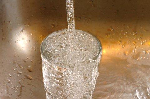 TRYGT Å DRIKKE: Nå kan folk på Tyristrand drikke vann rett fra krana igjen, uten å koke det først, sier kommuneoverlegen.