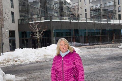 SOSIAL BOLIGBYGGING: Kirsten Orebråten (Ap)  foran ett av Hønefoss' nyeste boligprosjekt, Brutorget. Orebråten ønsker at byplanen skal legge til rette for en variert boligbygging som sikrer en mangfoldig befolkning i byen.