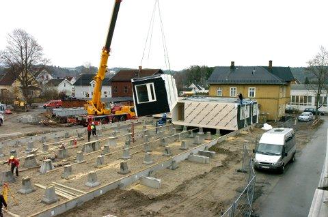 2009: Modulene settes på plass ved Ringerike videregående skole.