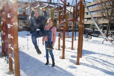 AKTIVITET: Småbarnsforeldrene Trond Skogdal og Toril Westheim ønsker seg lek og moro i sentrum. De vil gjerne ha et lekeland midt i byen og håper byplanen kan åpne opp for det.