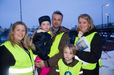 KJEMPER: Kristin Grov, Arild Myrmel og Nina Gabrielsen vil ikke gi opp kampen for at Hønefoss skole skal bestå. Hanna (5) og Jesper (7) er også med.