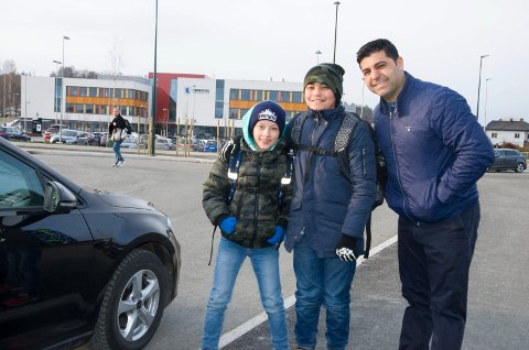 BENTERUD: Casper Trøen Støa (9), Patris Salimi (10) og far Parviz Salimi ved kiss and ride ved Benterud skole.