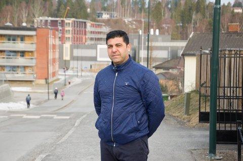 SAVNER POLITISK DEBATT: Sp-politiker Parviz Salimi vil gjerne høre hva andre politikere tenker om SIAN-propagandaen.