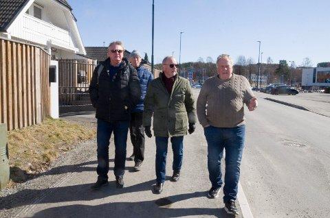 IKKE BEHOV: Stein Roar Eriksen (Ap), Leif Aspevoll (KrF), Arne Broberg (H) og Arnfinn Baksvær (Ap) ser ikke behov for noe sikkerhetsgjerde ned mot Benterud skole.