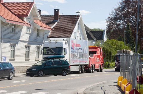 STANS: Denne lastebilen fikk motorstopp i Kongens gate, vis a vis Ringerike videregående skole. Det ble noe kø som følge av stansen. Lastebilen får hjelp av Falck.