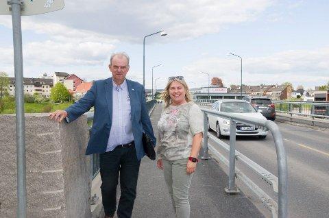 BEDRE FOR GÅENDE OG SYKLENDE: Lokalpolitikerne Runar Johansen (H) og Kirsten Orebråten (Ap) mener det er for smalt for gående og syklende på Kvernbergsund bru ved Rådhuset. De mener en ny gangbru er noe av det som må prioriteres framover.